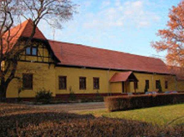 A kúria épülete napjainkban művelődési ház és könyvtár, közösségi tér