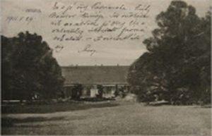 Az adonyi Zichy-kúria és parkja egy régi képeslapon megörökítve