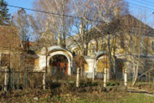 A kastély Cifrakert felőli kapuja