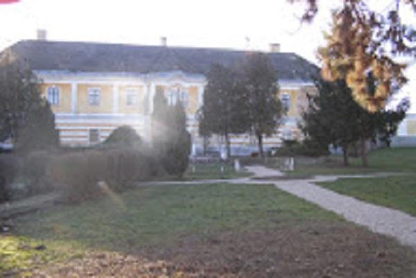 Az előszállási kastély monumentális épületegyüttes a Szögletkert és a Cifrakert határolta területen