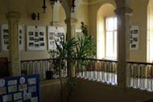 Az emeleten könyvtár és kiállítóterem is üzemel