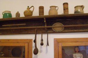 A gyűjteményben a perkátai (ahogy ők mondják: perkáti) paraszti élet mindennapi tárgyait láthatják az érdeklődők és a falu történetével kapcsolatos kiállítást