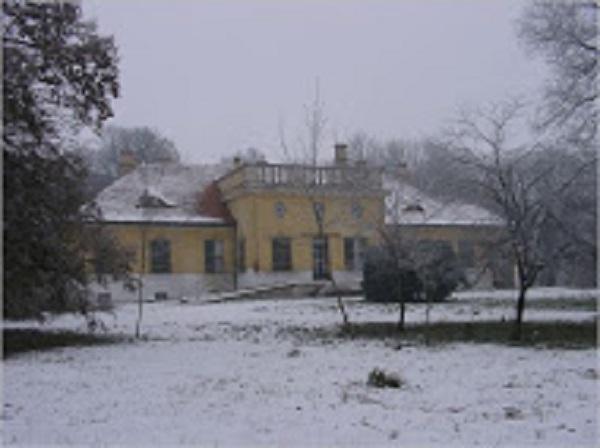 A Hirsch-kastély a Pusztaszabolcshoz tartozó Felső-Cikolán