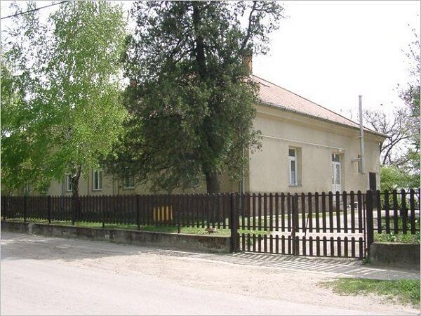 A kúria ma is óvodaként üzemel. A kép jobb oldalán látható szabad telekrészen 2013-ban bölcsődét építettek