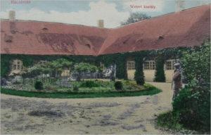 A rácalmási Wetzel-kastély belső udvaráról készült fotó egy régi képeslapon