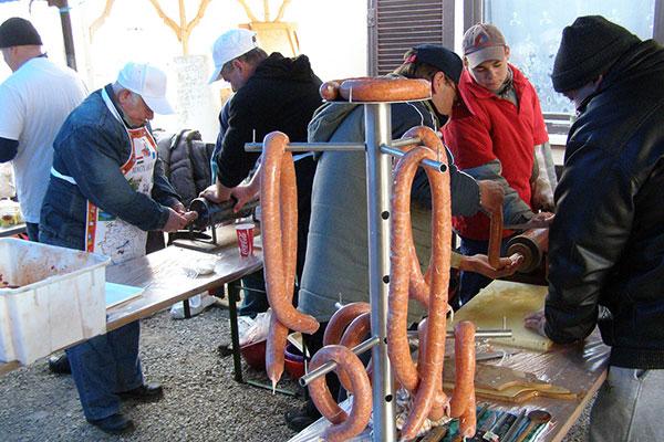 Hurkát és kolbászt ma már gabonából is készítenek, de a húsevők a disznóhúsból készültre esküsznek