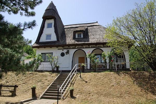 """A Szapáry-villa 1939-ben épült. A tető alatt az alábbi írás olvasható: """"Házadat bár művész keze rubintból róta, nem ház ez, ha nincs benne asszony, virág és nóta."""""""