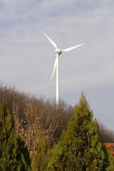 A kulcsi szélerőmű a dombtetőn már messziről látszik és a falu emblémája lett