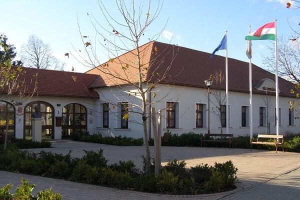 A kúria épülete 2012-ben kibővült, megújult és ma Rácalmás Városházája