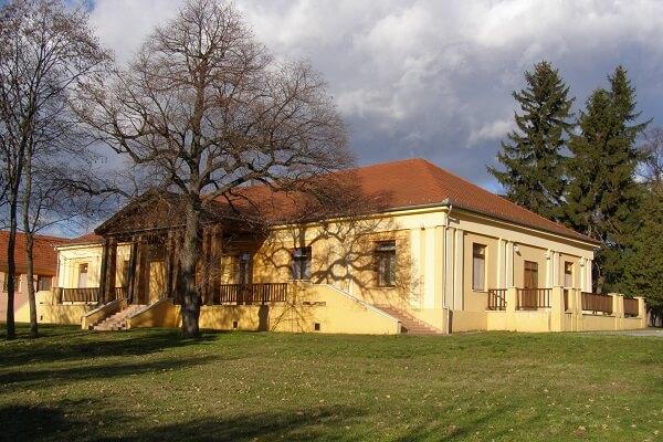 Az épületben ma a Városi Művelődési Ház és Könyvtár üzemel