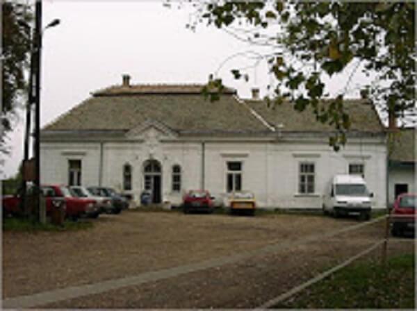 A kúria impozáns épülete